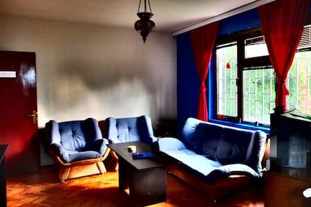 Relaxed, comfy hostel in the center - Prishtina - ที่พักพร้อมอาหารเช้า