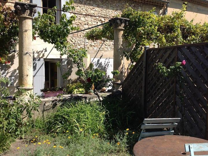 Petite maison avec jardin dans un village médiéval