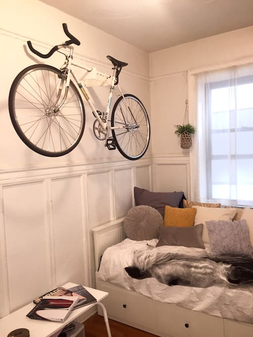 Livingroom with daybed and bicycle storage