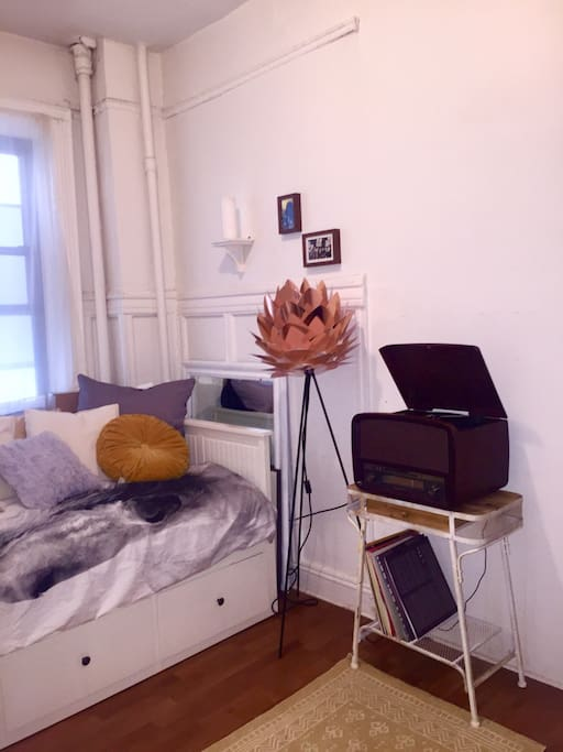 Livingeroom with daybed and record player