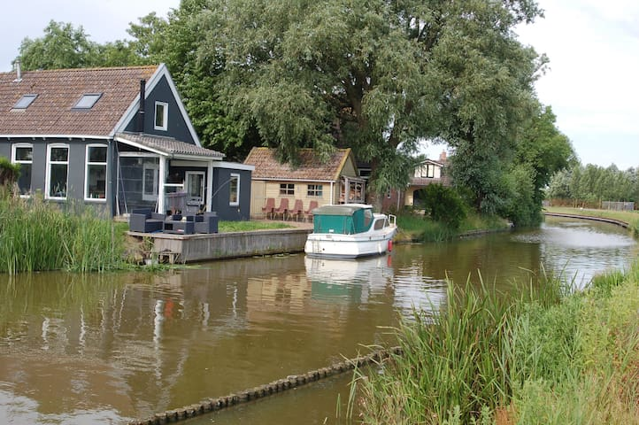 Cozy house right on the water - Finkum - Casa