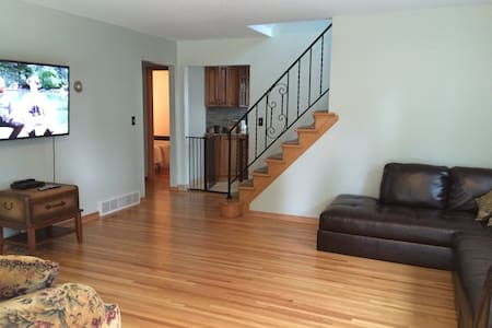 3 bedroom, 2 bath home (10 miles from airport)