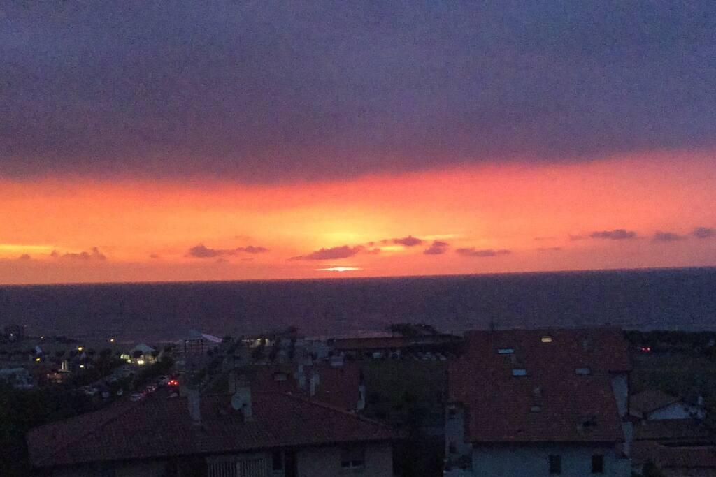 Soleil couchant sur l'ocean tous les soirs...