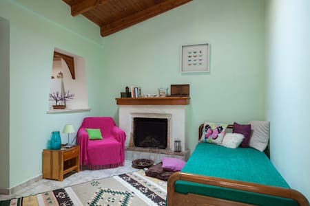 An autonomous apartment built in a traditional architecture yet recently renovated and colorfully decorated. Fully equipped even for families, its front yard has a look of a Greek island: Big plus the quiet and green setting!