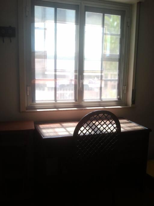 scrivania con finestra su giardinetto