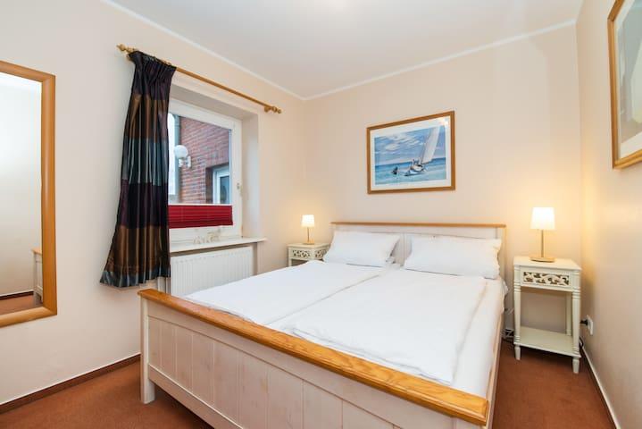 Separater Schlafraum mit Doppelbett 160 x 200 cm und großem Kleiderschrank