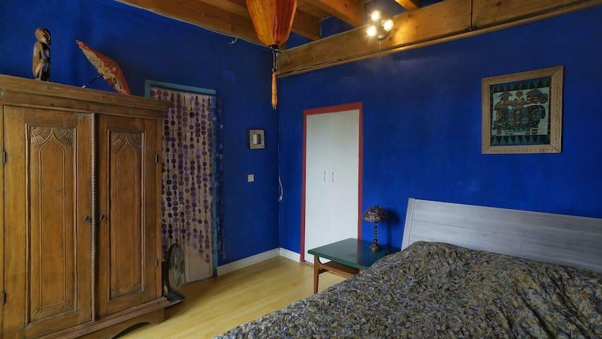 kleines Schlafzimmer mit Doppelbett, dormitorio pequeño, small bedroom