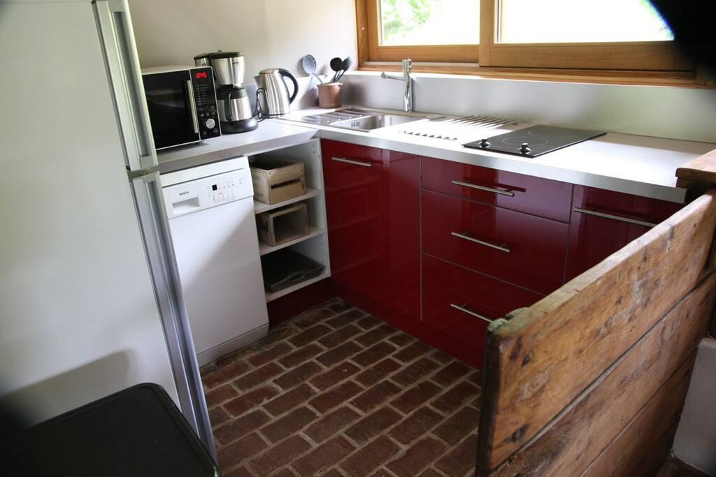 Cuisine tout équipée en vaisselle et électroménager