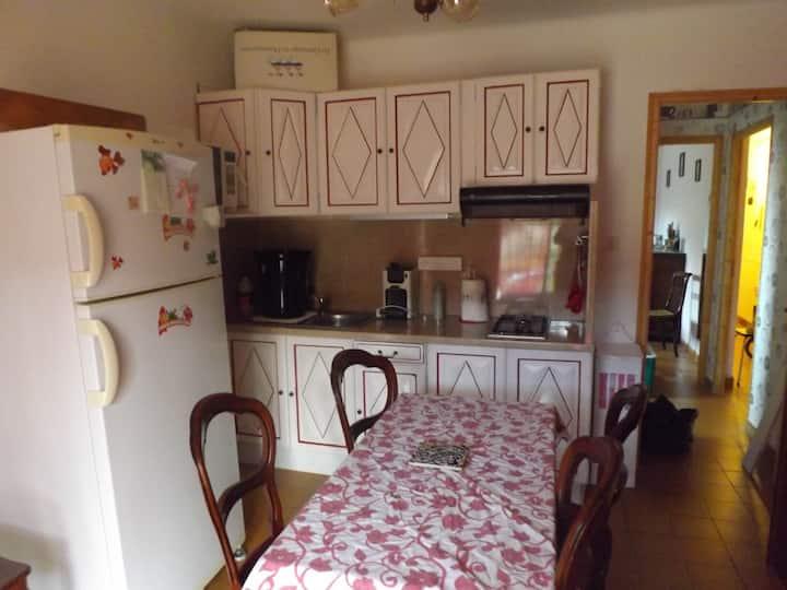 f1 avec une chambre et une cuisine