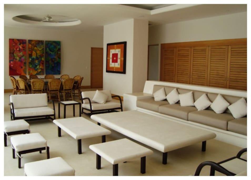 Sala - comedor con gran espacio y lujo.