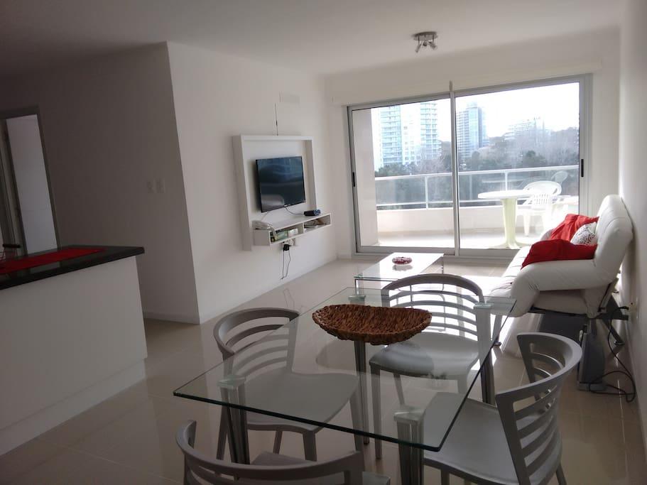 Living Comedor muy luminoso con salida a terraza y sofá cama 2p