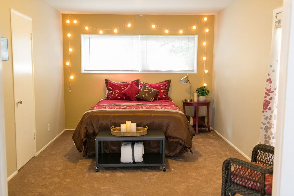 Middle room, large double doors can open to livingroom or closed with another door to hallway.