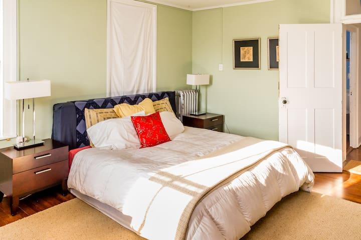 Warren St, Hudson, NY-Sunny Bedroom - Hudson - House