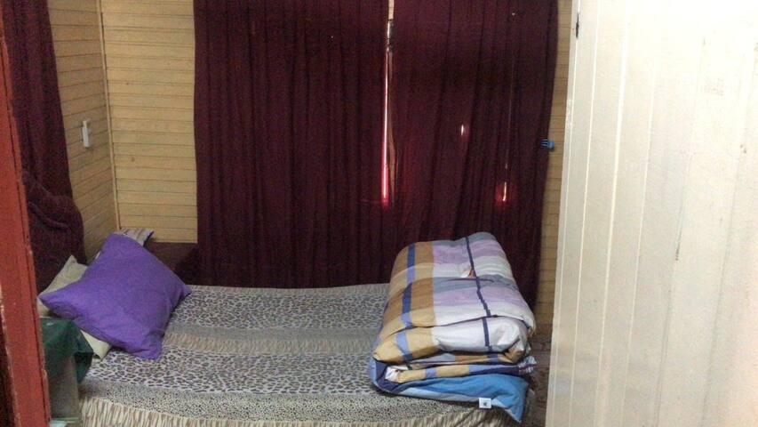 Alquilo pieza por noche con baño privado.