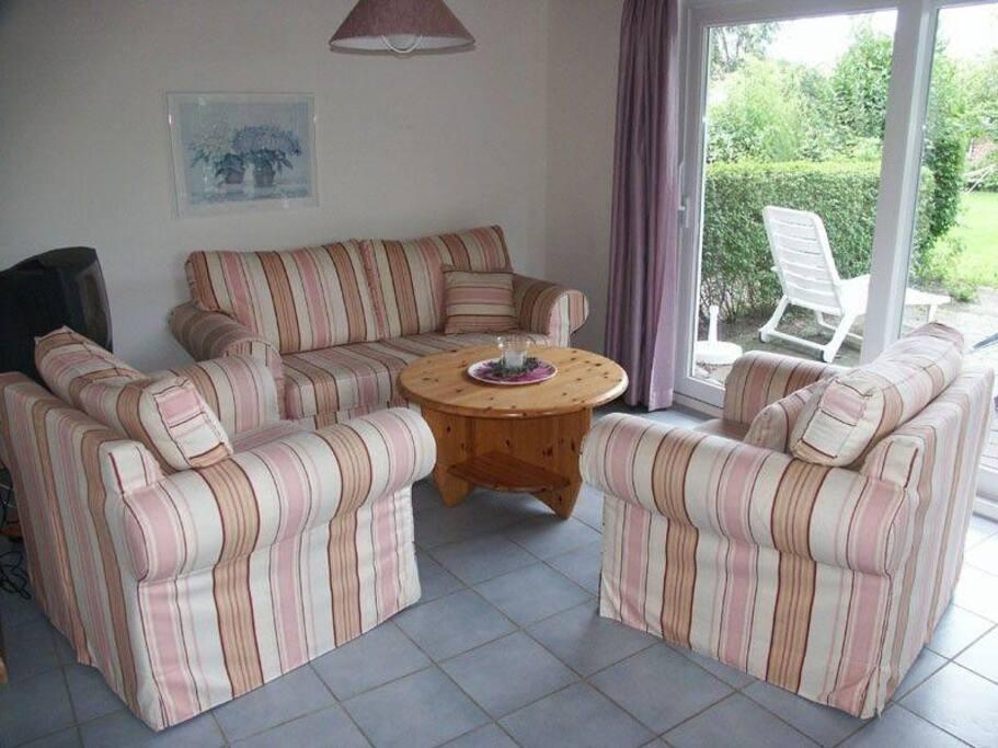 helles Wohnzimmer mit Ausgang zur eigenen Terrasse
