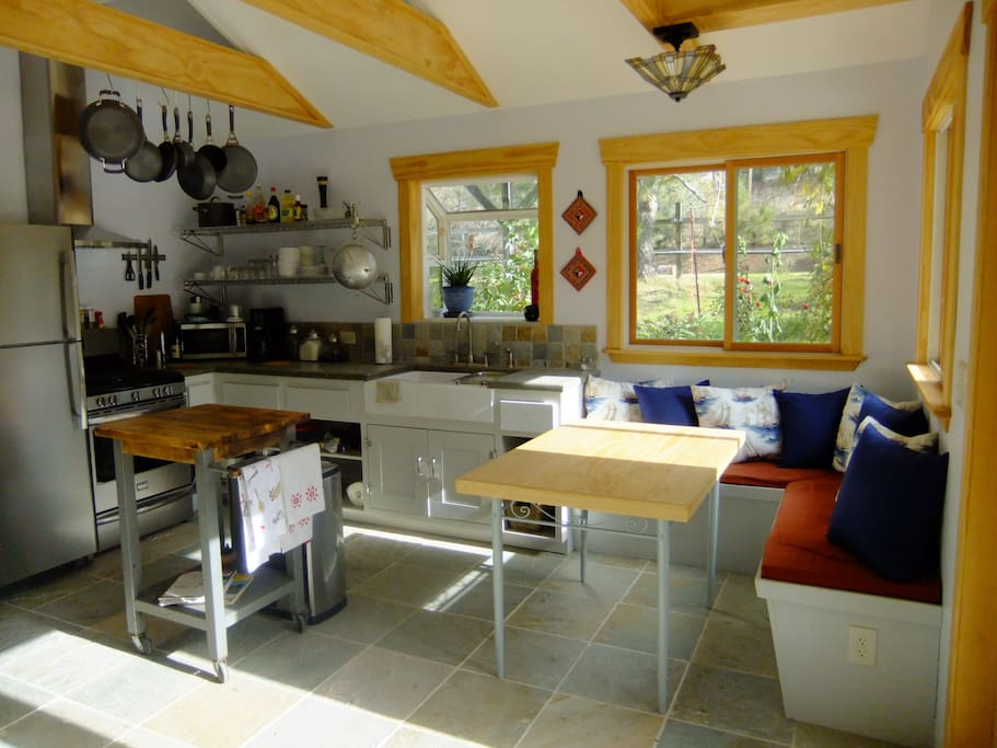 Your fully equiped kitchen and dining area