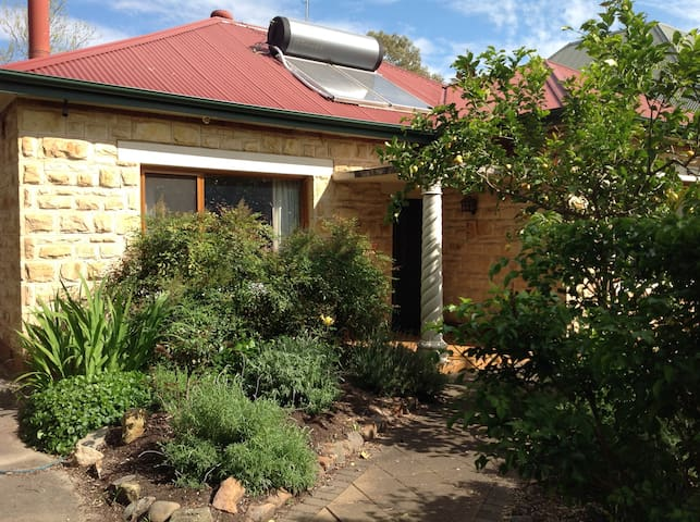 Beautiful leafy haven, your own separate area - Adelaide  - Huis