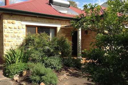 Beautiful leafy haven, your own separate area - Adelaide  - Hus