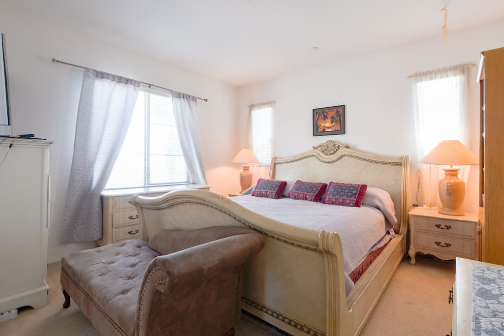 master bedroom huge size with bath tub and shower Nd awesome views