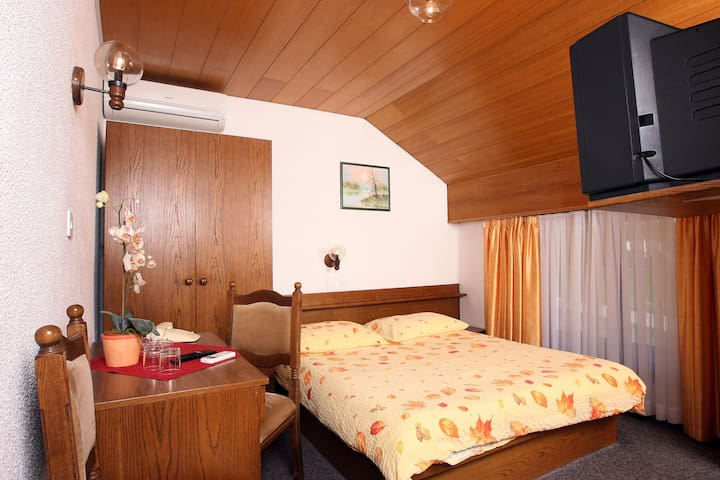 Private double room*** 1 , free parking, free wifi - Medvode - Bed & Breakfast