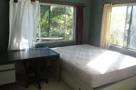 big queen-bed room - Annandale