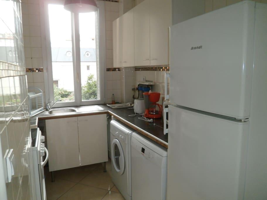 Cuisine équipée et fonctionnelle: Réfrigérateur grand volume, Cuisine vitro-céramique, lave- linge, lave-vaisselle, cafetière, grille-pains, vaisselles...