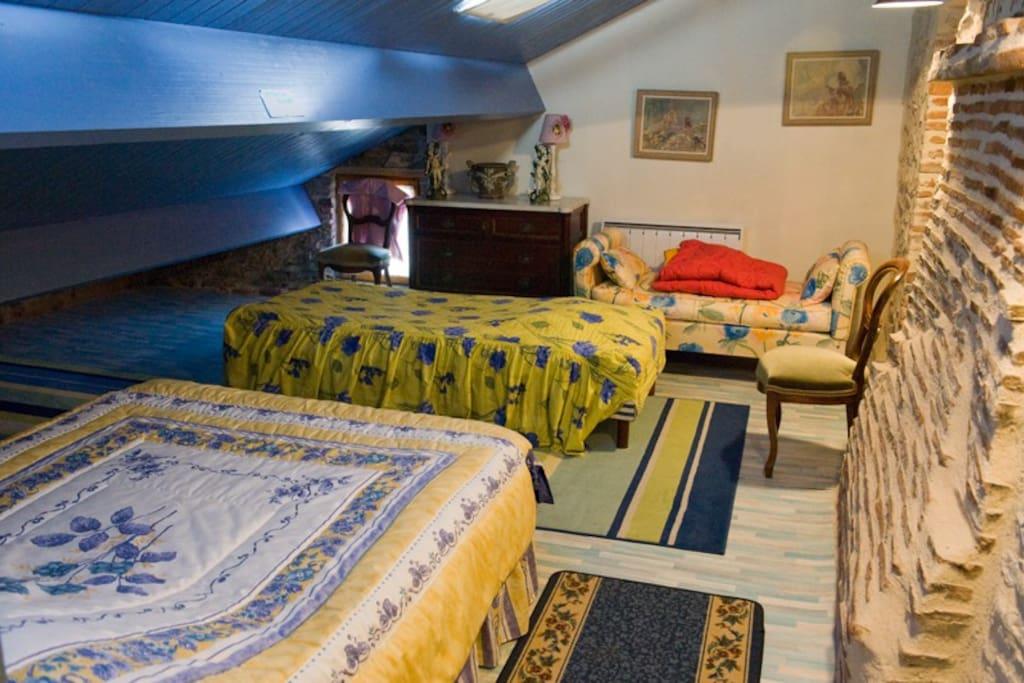 1 lit double, 1 lit simple, et 1 canapé lit dans la pièce du bas soit 5 place pour dormir.