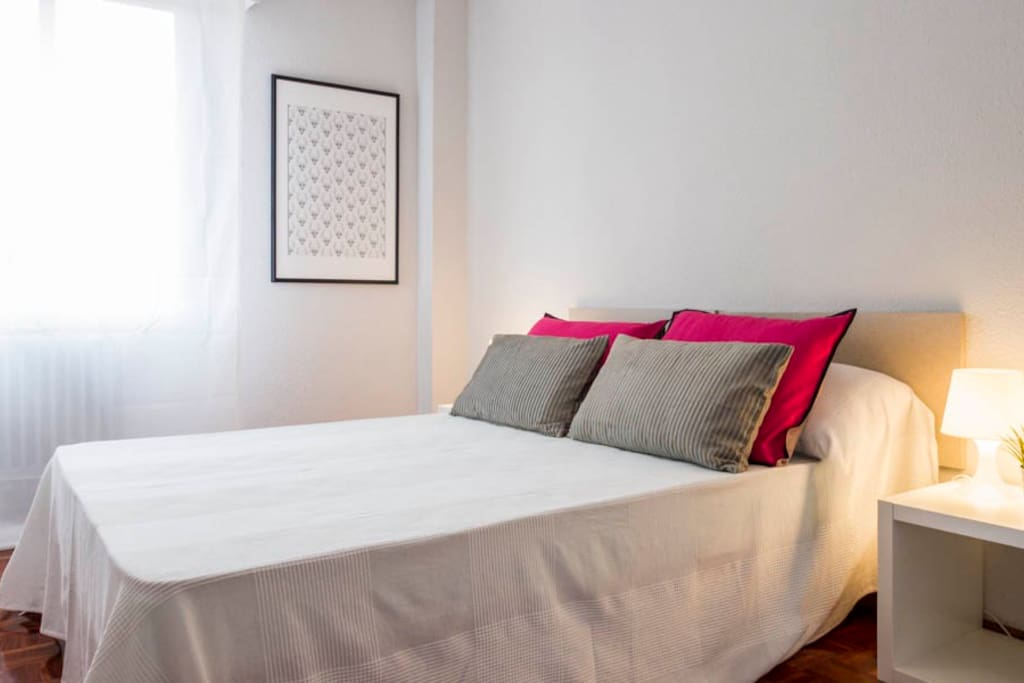 One out of three bright bedrooms, with comfortable double beds and excellent storage space. Una de los tres luminosos dormitorios, con camas de matrimonio confortables y excelente espacio para guardar cosas.