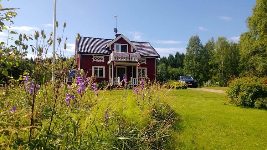 Cozy wooden house with view to lake - Sunne V - House