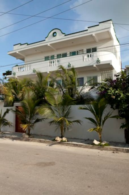 Puerto Morelos House is convenient to everything and the location offers an easy one block walk to the beach and 3 blocks to town center, entertainment, food and fun.