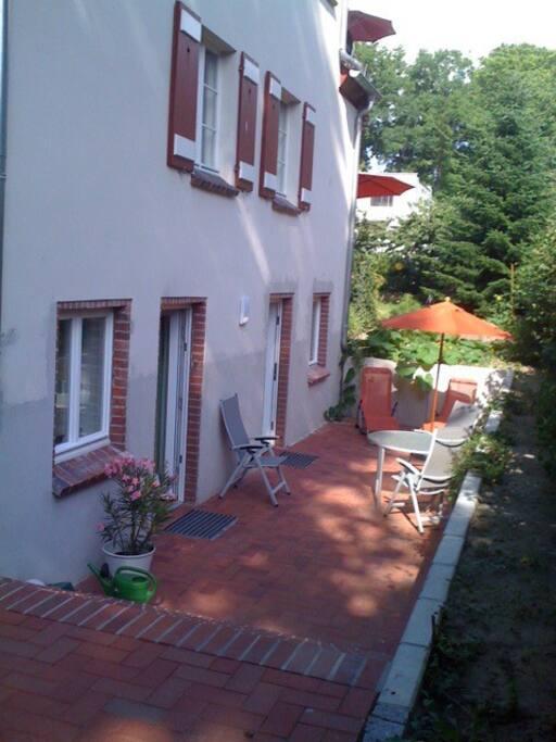 Die bequeme fla- che, breite Treppe führt in die Terrasse unserer Gäste. Die beiden Haustüren ...