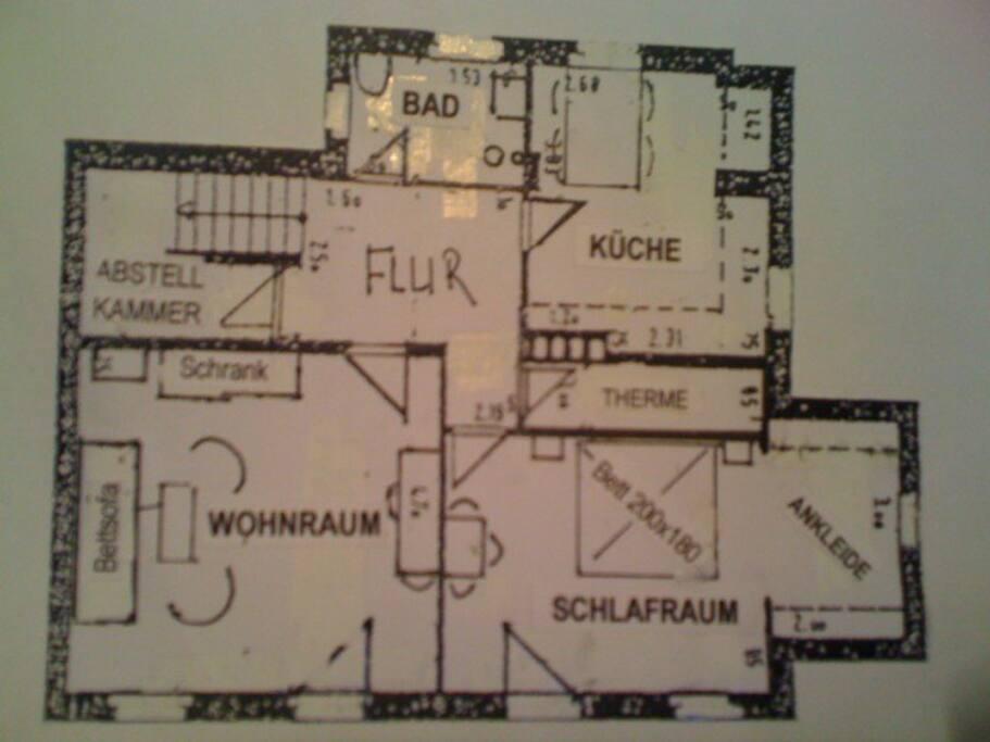 Zwei separate Haus- türen führen in den Wohn- und in den Schlafraum. Nach oben ist das Sou- terrain verschlossen.