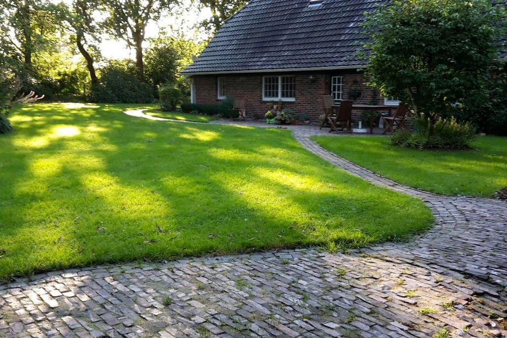 Blick vom 1. Gartenhäuschen zum Wohnhaus