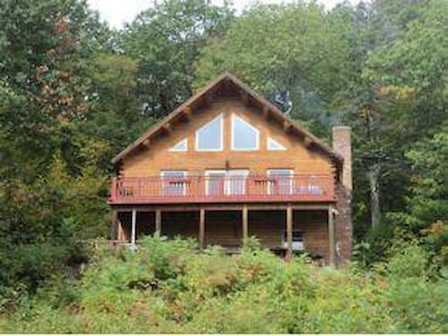 Mountainside Log Cabin w/Lake View - Gilford - Huis