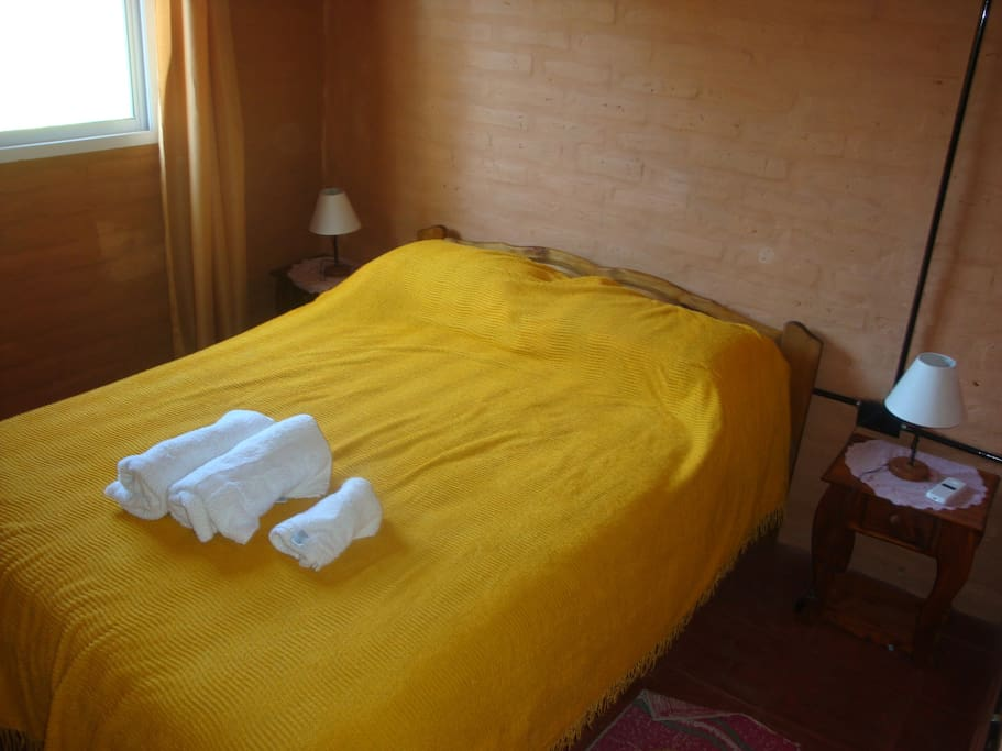 Habitación matrimonial amplia con ropero y aire acondicionado.