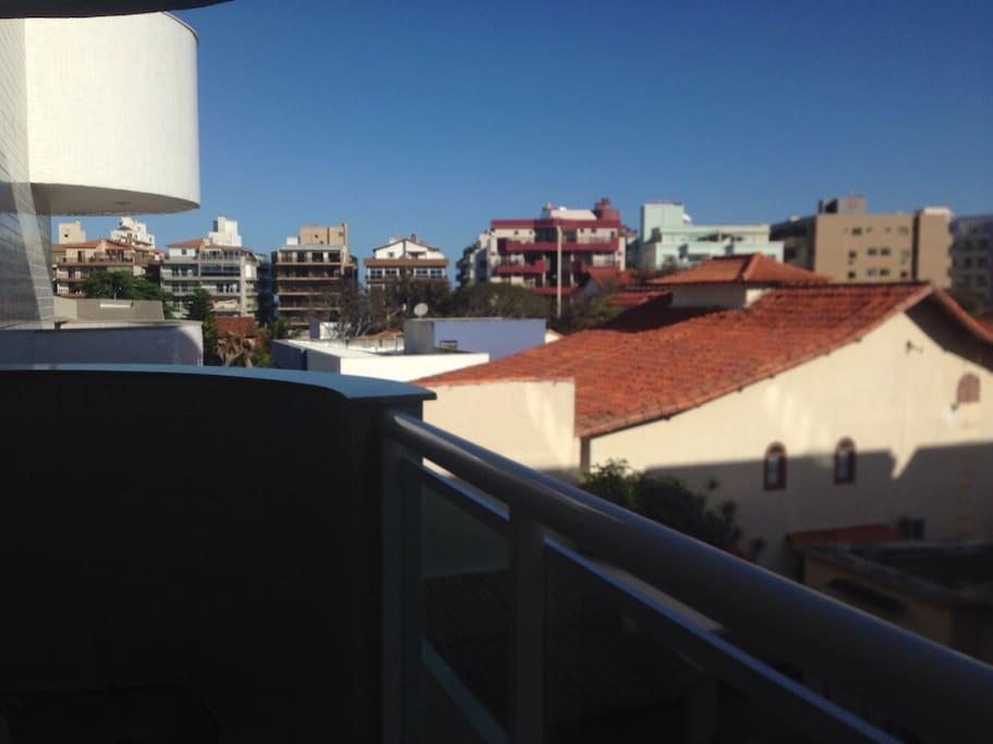 Vista da varanda, a Praia do Forte se localiza atras dos prédios da foto.