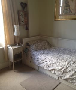 Light and airy room in West London - Isleworth - Bed & Breakfast