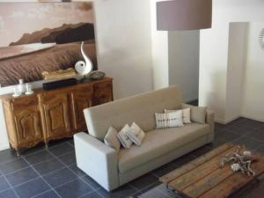 Meubles provençaux et touches de modernité dans le salon