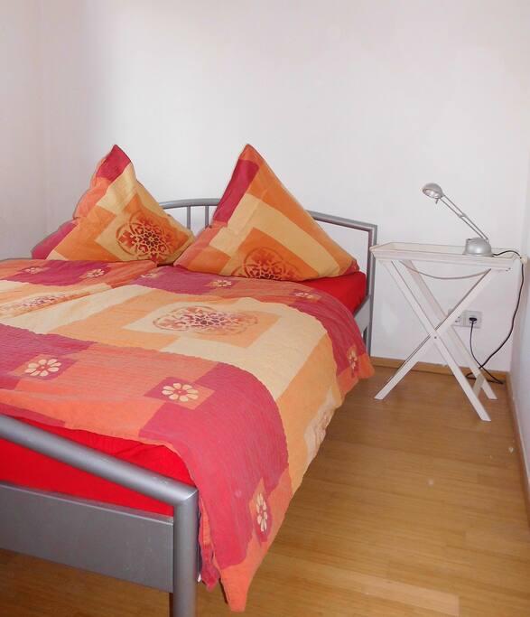 Schlafzimmer Bett 1,40x2,00m Platz für mobiles Kinderbett