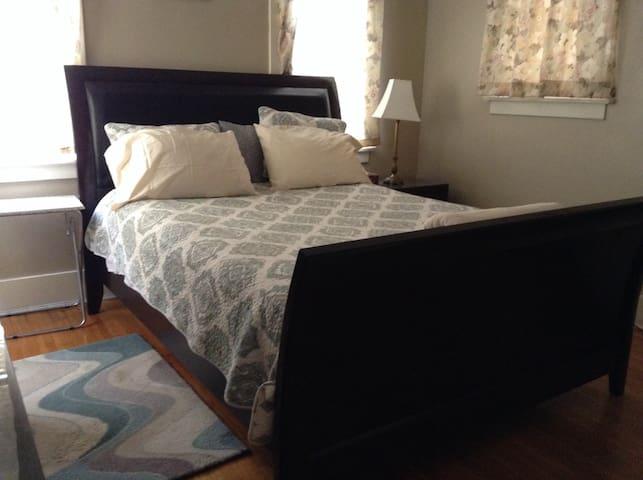 Northeast Pasadena: Master Suite
