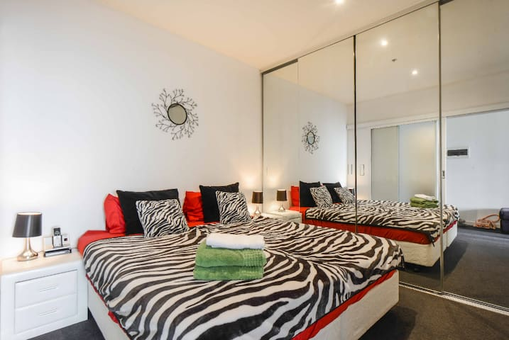 2BR CENTRAL APT WALK TO CBD OPP MCG-SLEEPS 6