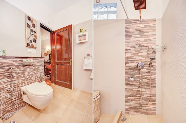 Gulmoard Room - 2 Views of bathroom