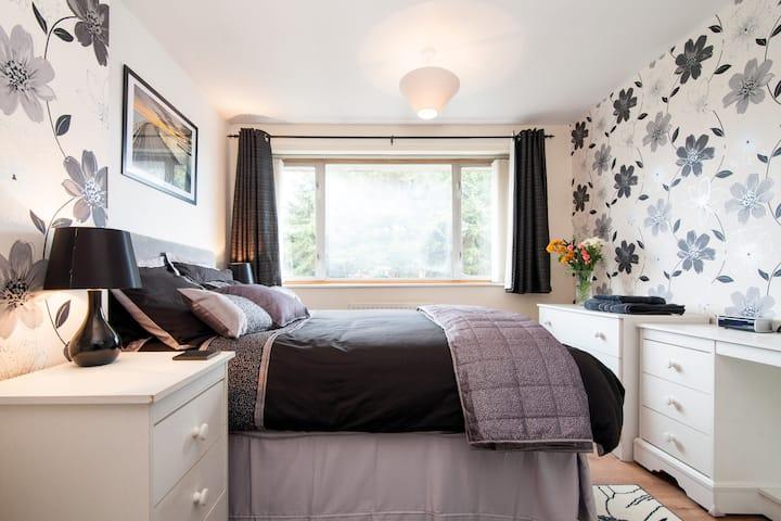 Sunny room near M5, hospital and County Hall