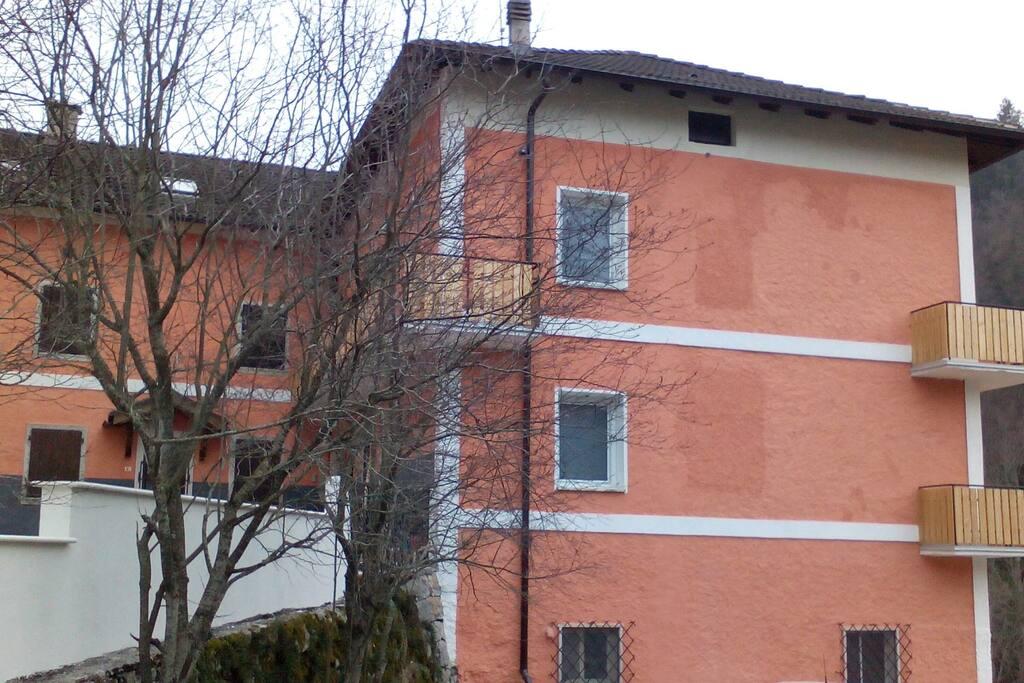L'ingresso è dietro il muretto sulla destra