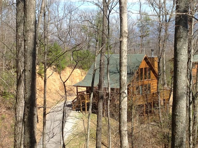 Close to everything, secluded cabin - Gatlinburg - House