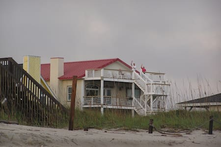 """Steel Seas"" Ocean Side King Room - Oak Island - Ev"