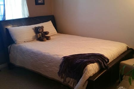 Cozy Bedroom in Convenient Location - Bristow - House - 0