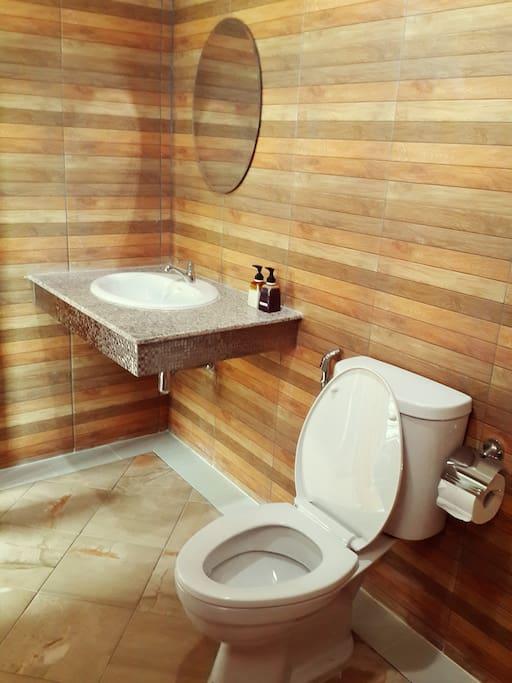 ห้องน้ำพร้อมอุปกรณ์อำนวยความสะดวก