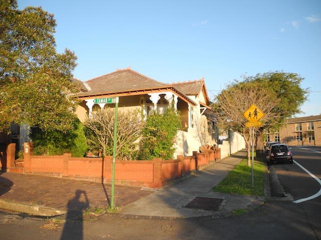 1 Bed 1 Bath & Kitchenette - Marrickville - House