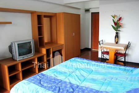 single or double room in very central area of bangkok (right in front of central world). bathroom with shower.air conditioning.1 min walking from airport link station.5 min from sky train station. 2 min from Taxi Boat. Minimarket.Gim.Swimming pool.